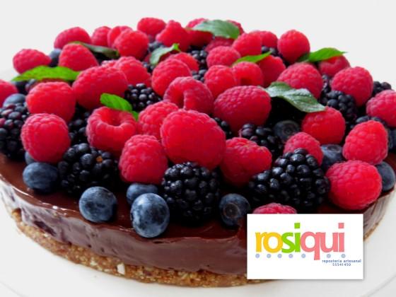 tarta-de-chocolate-con-frutos-del-bosque-sin-horno