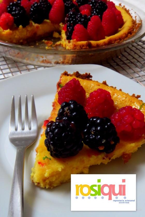 Tarta de limón con frutos rojos